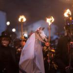 馬の骸骨を使ったイギリス伝統行事「マリ・ルイード」が獅子舞にそっくりで面白い